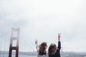 片手を挙げて喜んでいる二人の女性